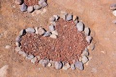 Coeur fait de pierres sur la plage Images libres de droits
