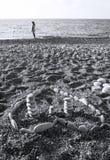 Coeur fait de pierres sur la plage Images stock