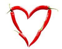 Coeur fait de poivrons de piment rouge sur le blanc Image stock