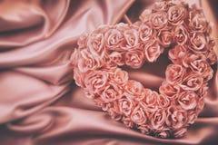 Coeur fait de roses roses sur le satin Image libre de droits