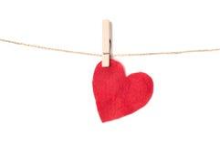 Coeur fait de tissu sur une corde avec des pinces à linge Photos stock