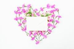 Coeur fait en fleurs et enveloppe roses sur le fond blanc Jour du `s de Valentine Configuration plate, vue supérieure Images libres de droits