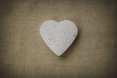 Coeur fait en mache de papier sur un fond de tissu photo stock
