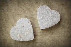 Coeur fait en mache de papier sur un fond de tissu Images libres de droits