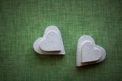 Coeur fait en mache de papier sur un fond de tissu image libre de droits