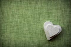 Coeur fait en mache de papier sur un fond de tissu Photo libre de droits