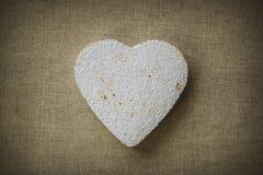Coeur fait en mache de papier sur un fond de tissu Image stock