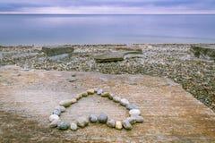 Coeur fait en pierres et lac Photo stock