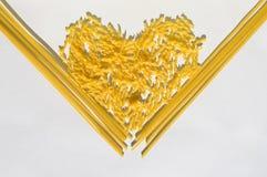 Coeur fait en spaghetti de pâtes et petit fusilli Image libre de droits