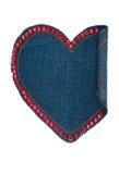 Coeur fait en tissu de denim avec piquer de jaune et rhinenstones rouges, d'isolement sur le fond blanc Photo stock