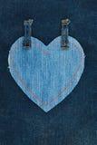 Coeur fait en tissu de denim avec piquer jaune sur le denim foncé Photos libres de droits