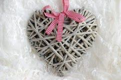 Coeur fait main décoratif fait de bois sur les dentelles blanches Photographie stock libre de droits
