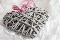Coeur fait main décoratif fait de bois sur les dentelles blanches Photographie stock