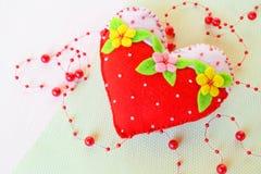 Coeur fait main de feutre - symbole du jour de valentines, jouet de feutre sur le fond blanc Photographie stock