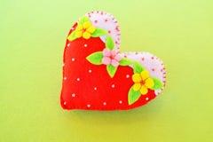 Coeur fait main de feutre - symbole de jour de valentines, beau coeur fait main Photo libre de droits
