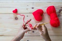 Coeur fait main de rouge de crochet Photos stock