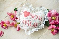 Coeur fait main de textile avec la maman d'amour de l'inscription I et les pétales de roses rouges sur un fond en bois Un thème h Image libre de droits
