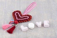 Coeur fait main et amour dans des lettres de sucrerie Photographie stock libre de droits