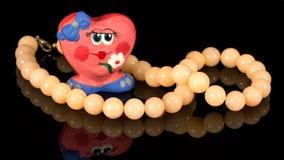 Coeur fait main et collier d'argile de plan rapproché de quartz rose Photographie stock
