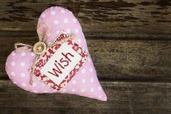 Coeur fait main mou rose de textile de tissu avec le mot SOUHAIT Photos stock