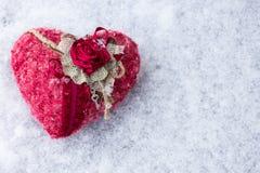 Coeur fait main sur la neige Photo stock