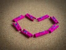 Coeur fait par les agrafes en bois Photographie stock libre de droits