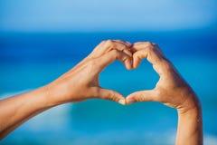 Coeur fait par les mains femelles Photos libres de droits