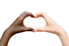 Coeur femelle d'exposition de mains sur le fond blanc Images libres de droits