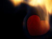 Coeur flamboyant sur un fond noir Images libres de droits