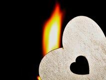Coeur flamboyant sur un fond noir Photographie stock libre de droits