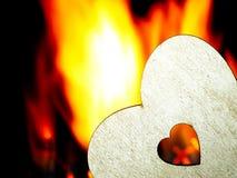 Coeur flamboyant sur un fond noir Image libre de droits