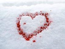 Coeur-forme de sang dans la neige Photo stock