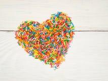 Coeur-forme des confettis de sucrerie Images stock