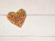 Coeur-forme des confettis de sucrerie Image stock
