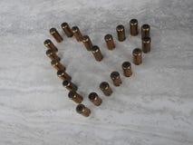 Coeur garni des balles sur un fond clair, thème d'amour des vacances image stock
