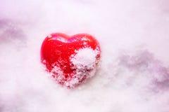 Coeur gelé dans la neige Photos stock