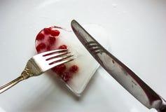 Coeur glacial avec des baies sur un fond blanc avec un couteau et une fourchette Image libre de droits