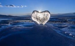 Coeur glacial dans les vagues à la lumière du coucher du soleil Lac Baikal Image libre de droits