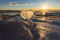 Coeur glacial dans les vagues à la lumière du coucher du soleil Lac Baikal Images libres de droits