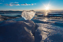 Coeur glacial dans les vagues à la lumière du coucher du soleil Lac Baikal Photo stock