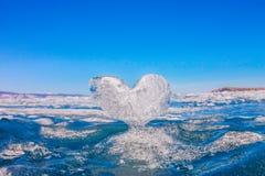 Coeur glacial dans les vagues à la lumière du coucher du soleil Lac Baikal Photographie stock libre de droits