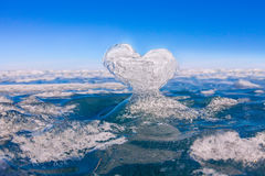 Coeur glacial dans les vagues à la lumière du coucher du soleil Lac Baikal Photographie stock