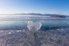 Coeur glacial dans une fente à la lumière de coucher du soleil Lac Baikal Photo libre de droits