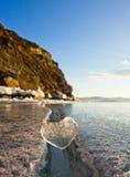 Coeur glacial dans une fente à la lumière de coucher du soleil Lac Baikal Image stock