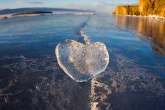 Coeur glacial dans une fente à la lumière de coucher du soleil Lac Baikal Photo stock