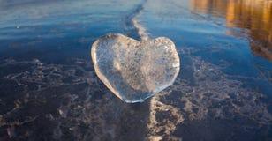 Coeur glacial dans une fente à la lumière de coucher du soleil Lac Baikal Image libre de droits