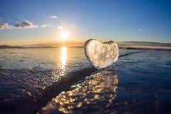 Coeur glacial dans une fente à la lumière de coucher du soleil Lac Baikal Photos libres de droits