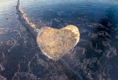 Coeur glacial dans une fente à la lumière de coucher du soleil Lac Baikal Images stock