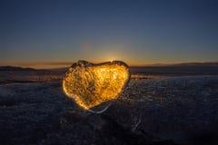 Coeur glacial dans une fente à la lumière de coucher du soleil Lac Baikal Images libres de droits