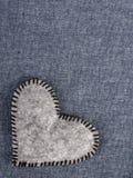 Coeur gris sur le fond bleu de tissu Photographie stock